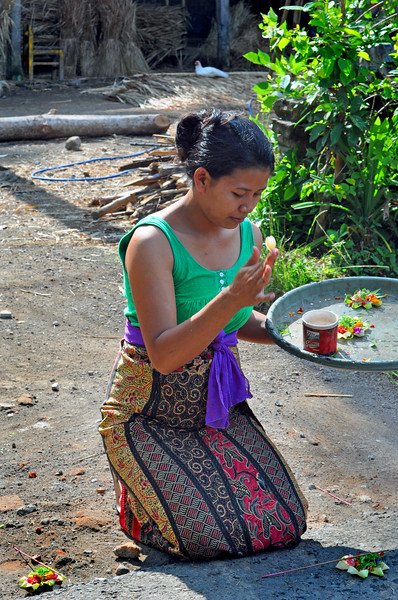 Balinese+woman+offering-734566361-O
