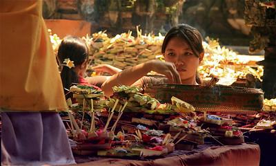 Offertjes brengen is een serieuze zaak. Ubud, Bali, Indonesië.