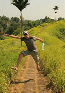 Uit de reeks: 'Jump!' De Campuan Ridge Walk. Ubud, Bali, Indonesië.