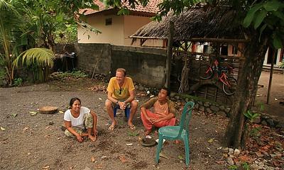Op bezoek bij Made en Putu. Amed, Bali, Indonesië.