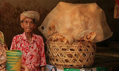 Verkoopster van de KROEPOEK. Ubud, Bali, Indonesië.