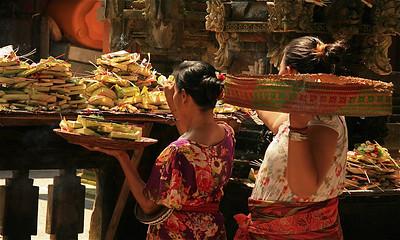 Vrouwen brengen offers in de tempel voor de markt van Ubud. Ubud, Bali, Indonesië.