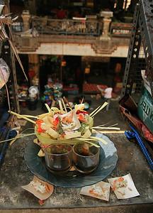 Offertjes van koffie en rijst op de markt in Ubud. Ubud, Bali, Indonesië.