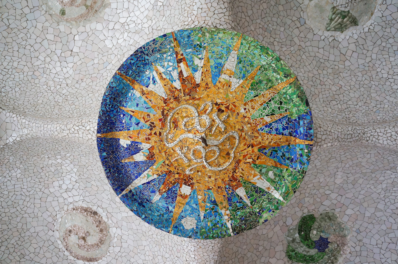 Under the large field of Parc Guell, which is supported by huge columns, Gaudi decorated the ceiling with various mosaics.