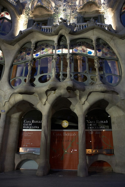 Casa Batllo. This is one of Gaudi's works. To me, it looks like the windows have teeth. Yan called it the mushroom house and could imagine Snow White living inside.
