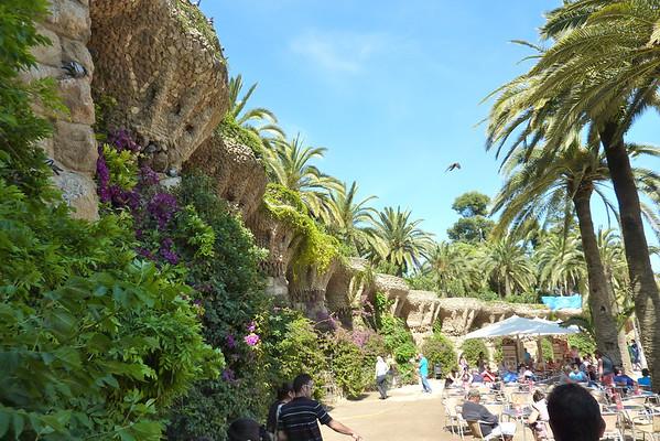 Park Güell er en fantastisk park for de som vil bruke noen timer i fred og ro. Parken er vakker og omgivelse er nesten overveldende. Parken ble designet av Antoni Gaudi mellom 1900 og 1914, og denne er selvfølgelig også med på lista over Antoni Gaudi steder på UNESCOs Verdensarv-liste.