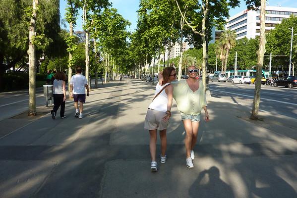 La Rambla<br /> <br /> La Rambla er den mest kjente gaten i Barcelona, stappfull med turister og lommetyver. Den har et stort fortau i midten av veien, og to smalere fortauer på hver siden av gaten. La Rambla er full av klesbutikker, blomsterbutikker, dyrebutikker, men den har også en del severdigheter som kan være verdt å få med seg.
