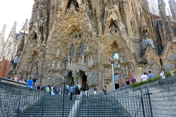 """Sagrada Familia er kjent av flere grunner. Man sier dette ofte med et smil om munnen, men kirken er kjent som """"kirken som aldri blir ferdig."""" Antoni Gaudi begynte selv å arbeide på kirken i 1883, og senere flyttet han også inn i kirken for å overse arbeidet kontinuerlig. Geniet døde i 1926, men arbeidet fortsatte videre og det gjør det også den dag i dag. For øyeblikket er planen at kirken skal bli ferdig til 2026, men tiden vil nok vise at kirken ikke blir ferdig til da heller."""