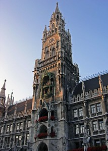 Late afternoon view of the Neues Rathouse in the Marienplatz.