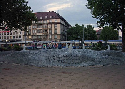 Interesting fountains with trams in the background near the Sendlinger Tor.
