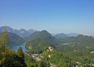 View of Hohenschwangau in front of the Große Alpsee (left) and the small Teufelssee (right).