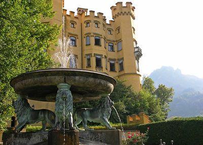 Spectacular Löwen Fountain behind Hohenschwangau.