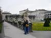 Komische Leute stehen vor der Statue, die Tini fotografieren will im Mirabell-Garten