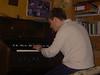 Auch Leo probiert sich an der Tret-Orgel