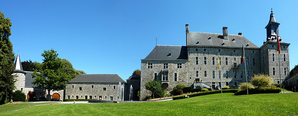 A historic working mill was moved to this chateau, into the building on the left. It is now a museum.