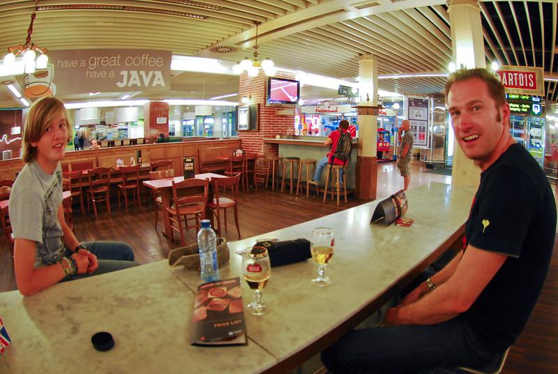 Yngwie Vanhoucke & Steve Vanhoucke tomando una copita en el aeropuerto de Bruselas<br /> <br /> Yngwie Vanhoucke & Steve Vanhoucke having a drink at the Brussels airport<br /> <br /> Yngwie Vanhoucke & Steve Vanhoucke met een drankje in de luchthaven van Zaventem<br /> <br /> Yngwie Vanhoucke & Steve Vanhoucke avec une collation à l'aéroport de Zaventem
