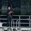 De doedelzakspeler blaast het startschot vanaf het ganzenpoot sluizencomplex in Nieuwpoort