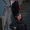 Fakkeldraagsters op de houten brug aan het ganzenpoot sluizencomplex in Nieuwpoort