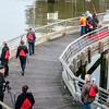 Fakkeldragers nemen hun posities in op de houten brug aan de ganzepoot in Nieuwpoort