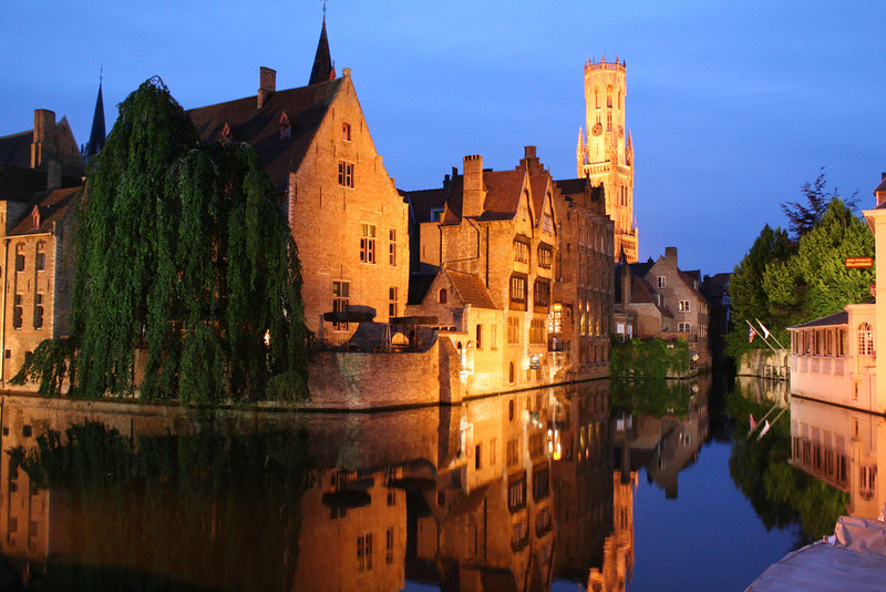 The canals of Brugge at night