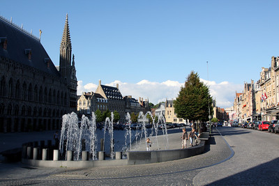 Ypres town square (Grote Markt) and fountain, with the Cloth Hall (Lakenhalle) in shadow on the left.