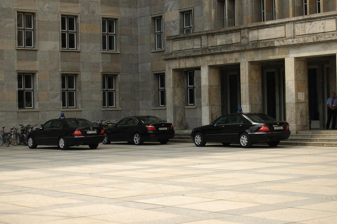 Finanzministerium mit drei S-klassen