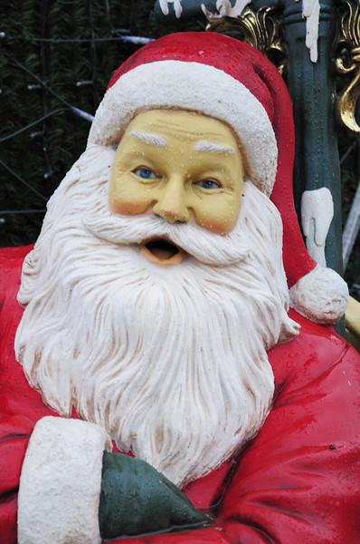 2013-12-09. En svettig/nervös/febrig(?) tomte strax före jul, som dessutom kippar efter luft och har blicken i fjärran och tar sig för hjärtat, ett solklart läge för 112?! Berlin, [DEU)