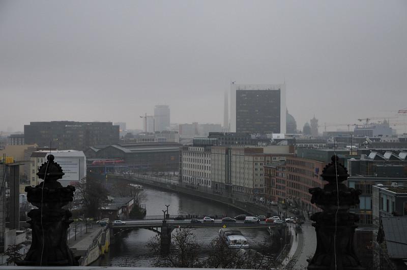 2013-12-10. Mot Fernsehturm. Dis och dimma. Kyligt. Berlin [DEU]