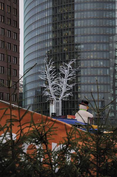 2013-12-09. Snögubben vid Potzdamer Platz. Berlin [DEU]