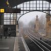 2013-12-12. Möte i dimman vid Nollendorfplatz sedd från Bülowstraße. Berlin [DEU]