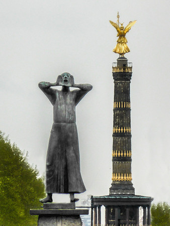 Siegessäule and 'Der Rufer' by Gerhard Marcks