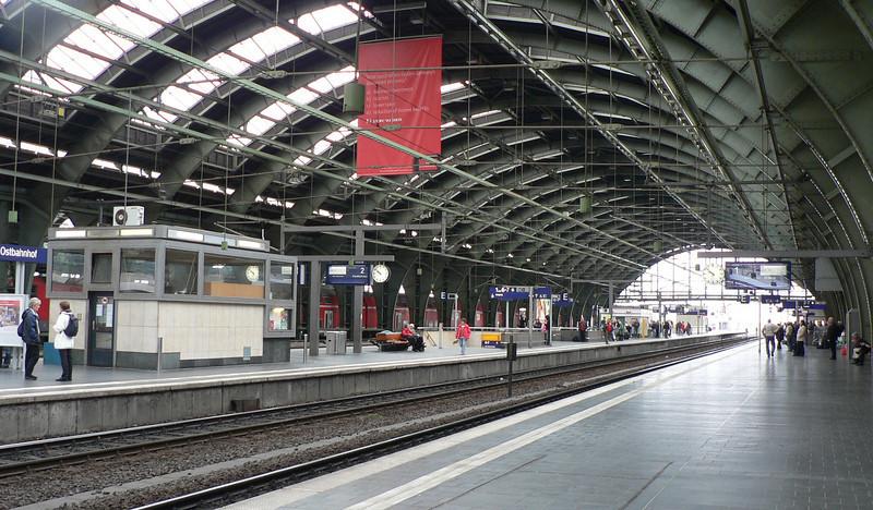 Berlin Ostbahnhof. Vintern 1980, på min resa till Wien, anlände jag till ett kyligt Ostbahnhof. Ingen<br /> värme i väntsalen, dålig betjäning i restaurangen mm. Gick då till Humboldtuniversitetet för att få<br /> lite värme. På väg över Alexanderplatz blev jag erbjuden att sälja mina jeans. Det var då det...