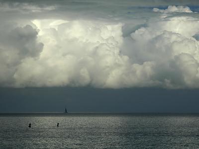 Sailing on a cloudy day in St-George ( Bermuda ). Un voilier par un jour d'orage à St-George ( Bermudes )