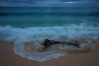 Lever du jour sur la plage de Marley Beach Bermudes par un matin nuageux / First light of the day on Marley Beach in Bermuda