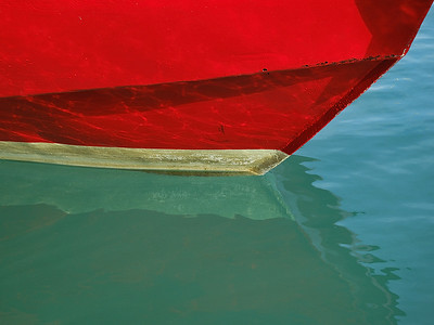 "Picture of a bow near ""Tavern by the Sea"" in St-George's, Bermuda / Bateau amarre au quai pres de Taverne by the sea, St-George's, Bermudes"