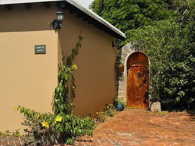 Paget Parish, Bermuda; très jolie vieille porte donnant sur la cour arrière sur Astwood Road / An old door giving entrance on the yard of this home on Astwood Road