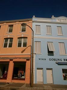 De kleurrijke winkels in Queen Street. Hamilton, Bermuda.
