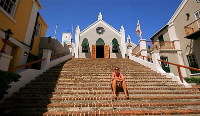 Nic op de trappen van St. Peter's Church. The Town of St. George, Bermuda.