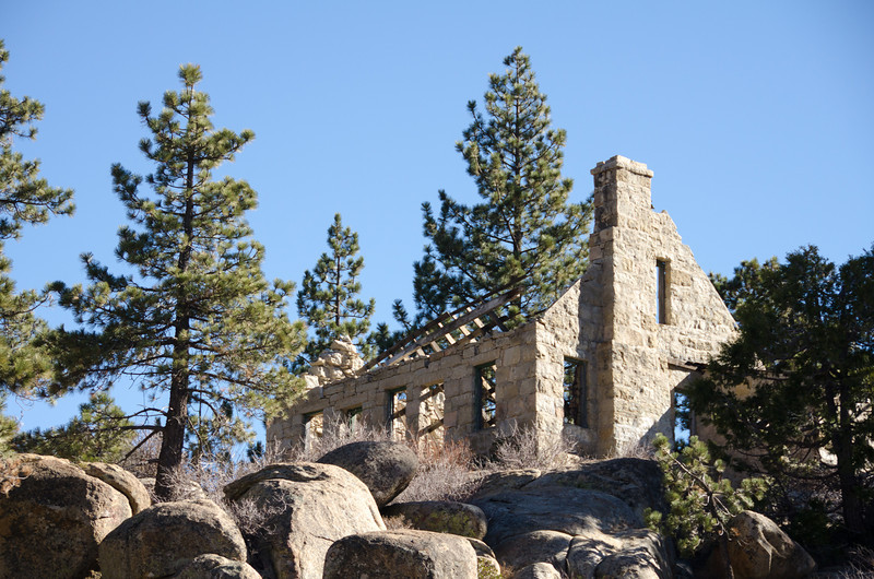 "<span id=""title"">Stone House</span> An old, abandoned house overlooking the dam. It blends in nicely as far as the color goes.  Apparently this is the old dam keeper's house, back when the dam had a keeper that lived next to it. I don't imagine that position is still in existence. Here's a depressing article about it:"
