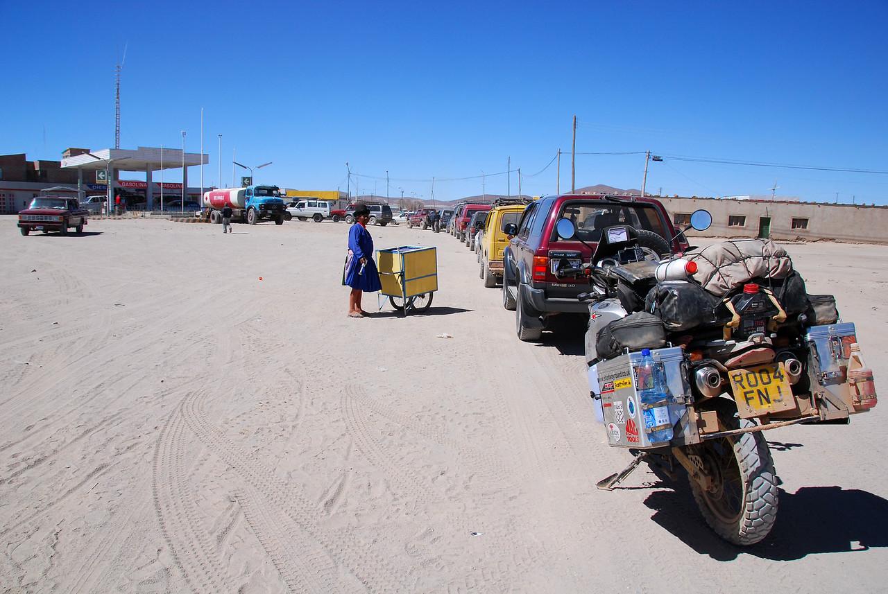 Queueing for fuel, Uyuni