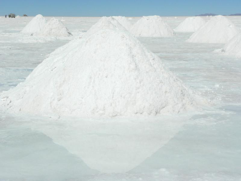 Montones de sal para recoger