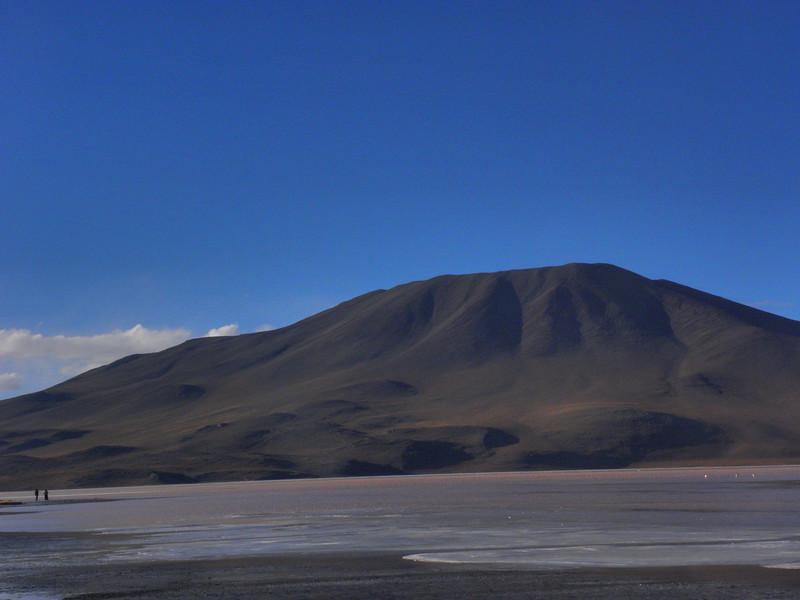 Laguna Roja (Parque Nacional Eduardo Avaroa), a más de 4.000 metros de altitud y 13ºC bajo cero por la noche, dan margen a las algas para decorar de rojo la laguna.