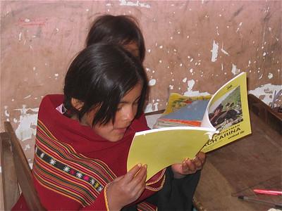 Eva leest voor in haar eigen taal Quechua. Molle Mayu, Bolivia.