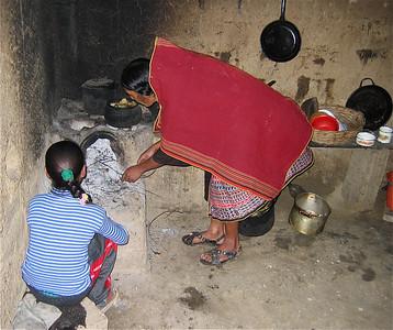 Maria & Liseth in de keuken, Candeleria, Bolivia.