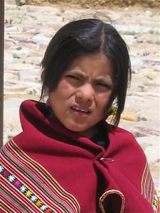 Eva leidt de show voor de gasten. Molle Mayu, Bolivia.