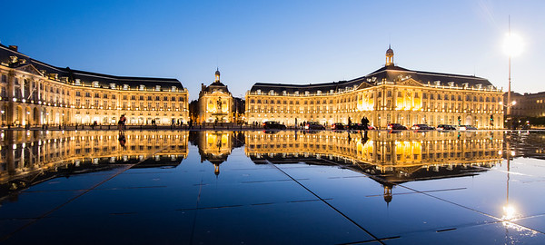 Le miroir d'eau de Bordeaux, Gironde - France. Panoramic night view