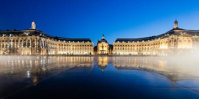 Le miroir d'eau de Bordeaux, Gironde - France. Panoramic night view