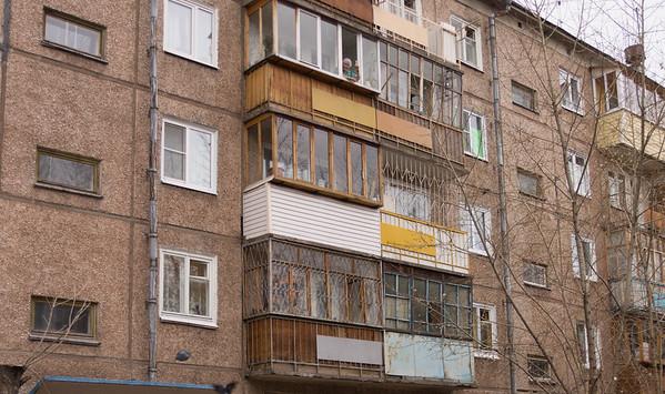 Мама кормит голубей из окна 4 этажа а голубей видно над крышей козырька