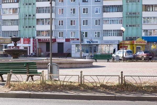 Улица Советская напротив магазина с тортиками - первый этаж - маленькие магазины