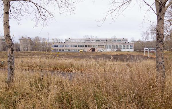 Бывшая школа 22 - видно в далекие справа коробка для хоккея